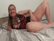 Sexy mature babe showing her fuckable pussy